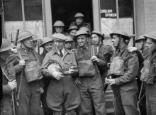 George_Formby_with_the_army_in_France,_1940,_F_3084